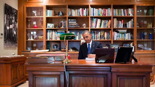 奥巴马办公室的书柜比较杂乱.