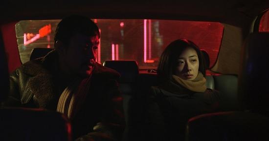 ② 《白日焰火》剧照。桂纶镁饰演吴志贞(右),与她有关系的几个男人先后被碎尸。廖凡饰演大张自力在暗自调查过程中爱上了她。