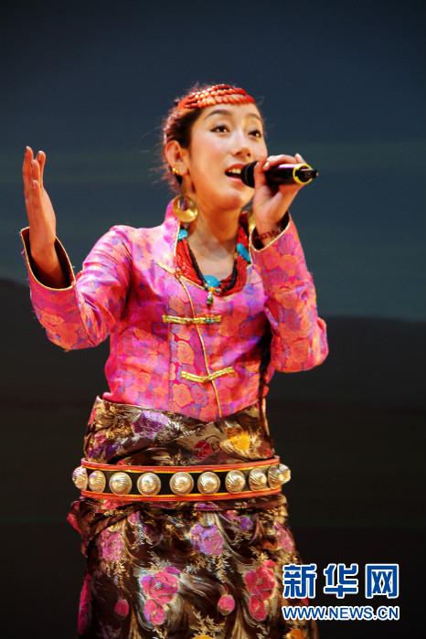 18日,甘南藏族自治州藏族歌舞剧团歌手为韩国观众演唱原生态民歌