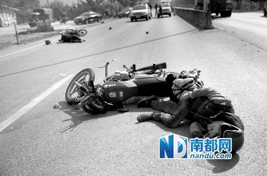 昨日,一返乡摩托车发生车祸.