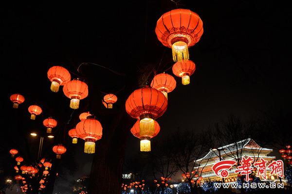华商网讯 又到了年跟前,西安市的街头开始逐渐被各式各样的大红灯笼所包围,夜幕降临以后,这些灯笼纷纷点亮,给略微寒冷的冬天增添了一丝暖意。小编在大年二十九的夜晚走上街头,拍下了这组照片,希望用这种特殊的方式给大家拜年。