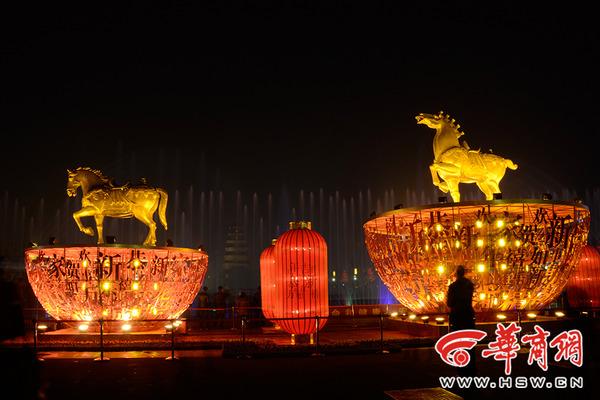 大雁塔北广场的喷泉也来给新年增添一丝新意.