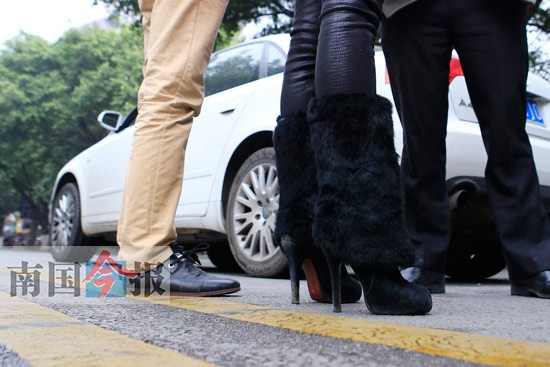 美女脚丫穿高跟鞋