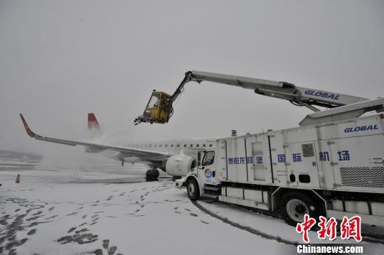 图为贵阳机场出动融冰车对飞机进行除冰