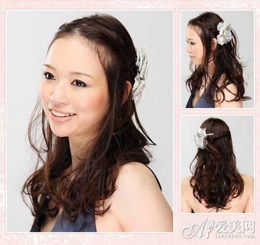 时尚长发扎发发型第六款:刘海中分编成两股细细的麻花辫,留出一部分侧面的头发来修饰脸型。用略夸张的大花发夹将刘海编成的两股辫子固定在一侧耳后,不对称感也可以增加典雅气质。剩下卷烫过的头发就自然下垂,都带来温柔的女人味。