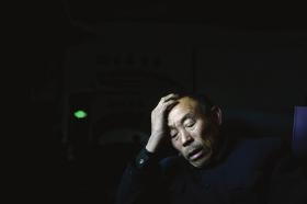 """2月19日,新化县,小阳的爷爷无法接受失去亲人的事实。 图/记者谢长贵src=""""http://y3.ifengimg.com/cmpp/2014/02/20/01/7dce0da2-b4a5-4765-b49c-3ab1e2742249.jpg"""""""