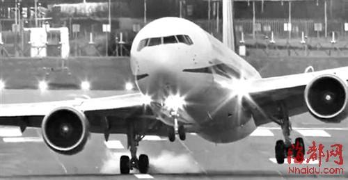 飞机着陆时,大风时速达64公里
