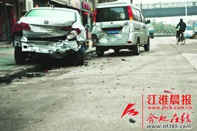 被撞坏的其中两辆汽车 周坤摄高清图片