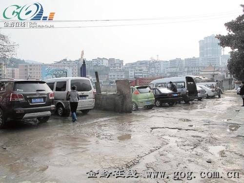 露天洗车场将污水直接排入河中.