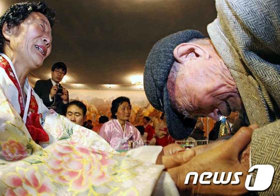朝韩第一阶段离散家属团聚结束 亲人们挥泪告