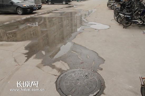 滚动新闻  原标题:一小区两污水井往外吐脏水 居民质疑物业无作为