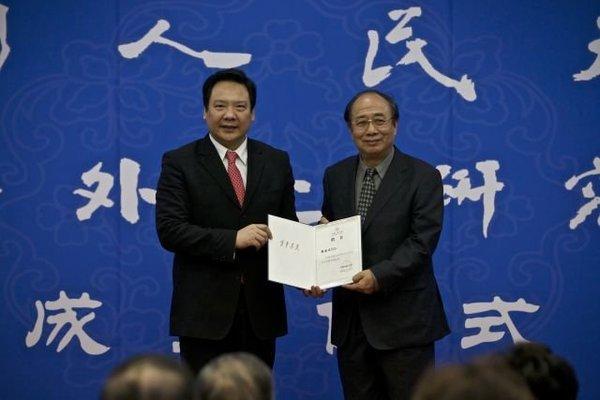 陈雨露校长向戴秉国颁发聘书。新京报记者周岗峰摄