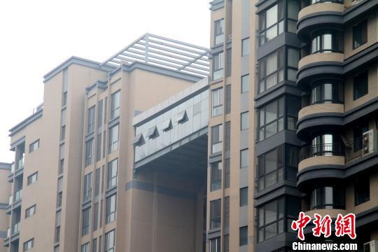 """图为西安市一小区内两座高楼之间的""""空中走廊"""". 田进 摄-西安一小图片"""