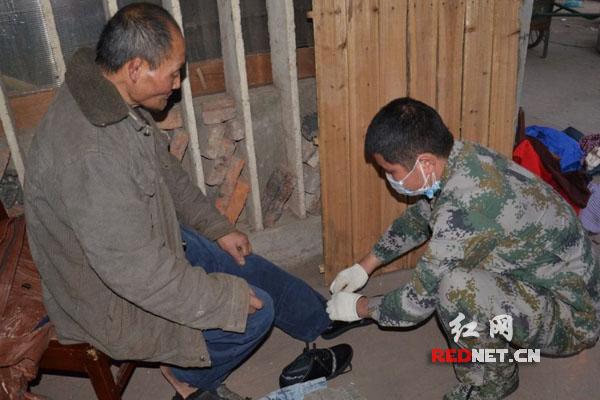 长沙 最帅 90后兵哥义务照顾贫困老人 获网友点赞