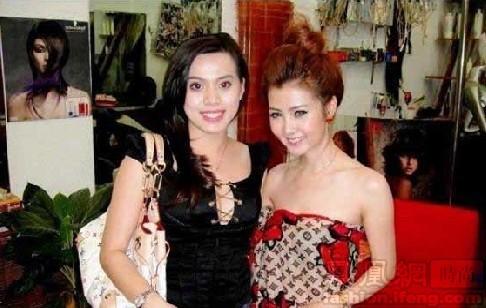 中,左侧的越南女孩肩背路易·威登(Louis Vuitton )三彩手袋,图片