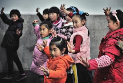 孩子们在学习京剧的手势