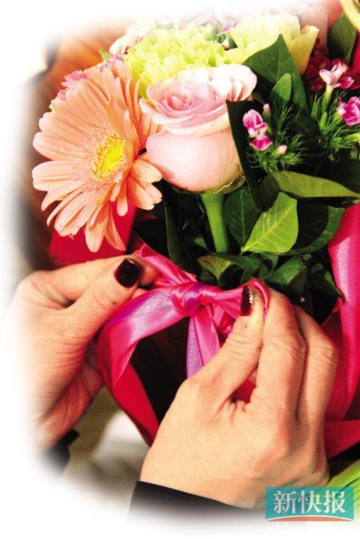 3月14日为白色情人节。当晚,30多名白领参加了由高德置地广场举办的乐活花艺手捧花DIY活动。粉嫩的白玫瑰、淡青色的洋桔梗和紫色的满天星在他们手中变成俏丽的花束。有伴的女白领与另一半一起甜蜜DIY,单身女白领则互赠鲜花为彼此打气加油。 新快报记者 刘仰奇 实习生 陈绿瑶 文/图 当天晚上,高德置地办公楼里洋溢着满满的温馨和浪漫气氛。在场的30多名白领挑选了心水的鲜花,在知名花艺师钟菀薇的指导下,DIY各种风格的握式手捧花。供白领选择的有玫瑰花、洋桔梗、太阳花和康乃馨等各色花材,携伴而来的白领积极性更