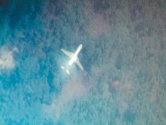 """台湾南开科大应用电子系学生谢孟修,在二百万张卫星图片中,找到疑似失踪的马航班机。记者张家乐/翻摄Tomnod公司卫星照片src=http://img1.cache.netease.com/catchpic/3/30/3082F56A80AAD94495682AC8122C4622.jpg"""""""