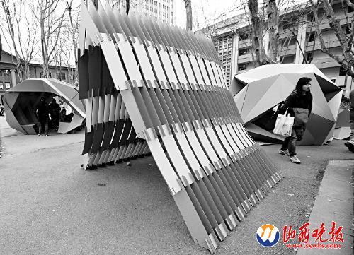 """南京:校园展示""""纸板雕塑""""(图)"""