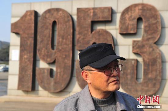 康明 沈阳/3月27日,康明在沈阳抗美援朝烈士陵园外。