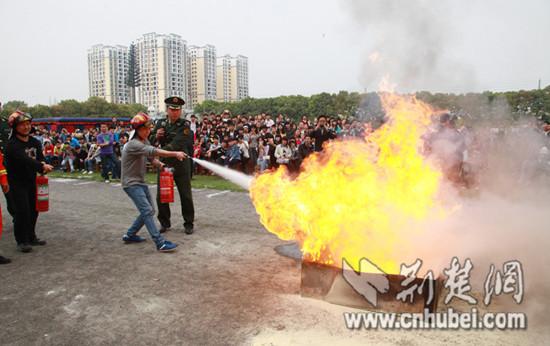 孝感启动中小学消防安全教育周 学生称 不玩火