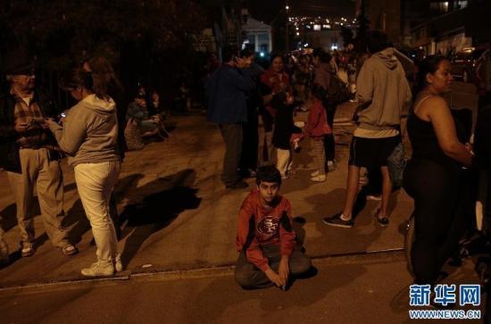 """当地时间4月1日,在智利安托法加斯塔,地震后人们撤离到街上。图片来源:新华网src=""""http://y3.ifengimg.com/cmpp/2014/04/02/18/6575d8e0-9e67-4cab-89d8-503d714a95d0.jpg"""""""