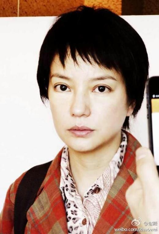 赵薇在微博上自曝的一张素颜定妆照(如图)