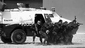 特警日常街面巡逻常态化,已有效的打击了街面犯罪。 赵昀 早报资料