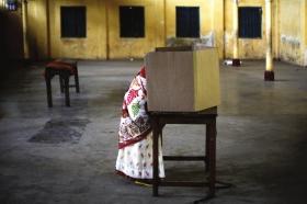 """4月7日,印度阿萨姆邦迪布鲁格尔,妇女正在投票。图/新华社src=""""http://y3.ifengimg.com/cmpp/2014/04/08/03/08f06a9c-85c5-4d75-8d9a-5c5144d393f5.jpg"""""""
