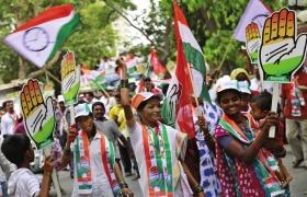 4月7日,印度孟买,国大党的支持者正在参加一个竞选集会。图/IC