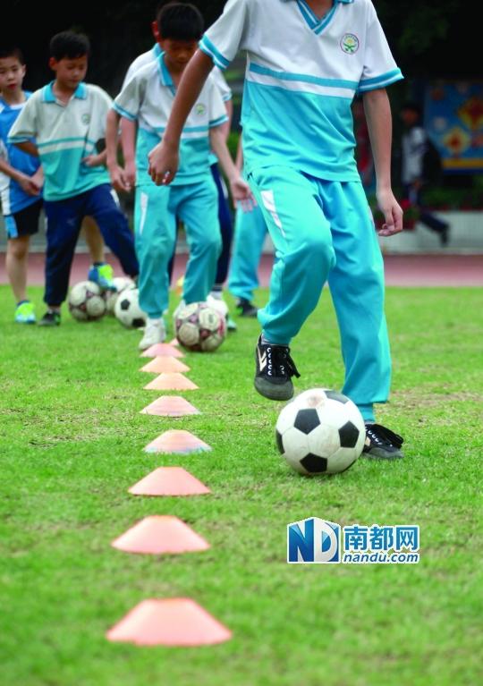 高年级的孩子在练习运球