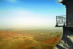 沙漠绿岛寿鹿山伸展着臂膀为兰州遮风挡沙