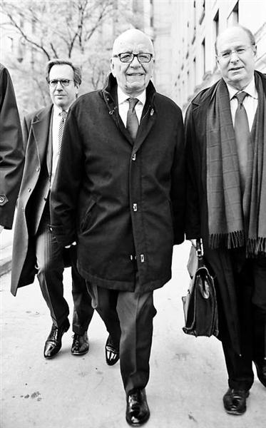 2013年11月20日,纽约,默多克与邓文迪达成离婚协议,走出最高法院  图片/IC