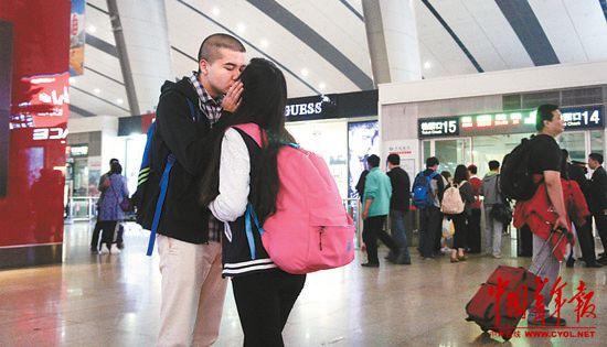 高铁 北京/4月14日,北京火车南站,站台前,一对青年情侣在道别。