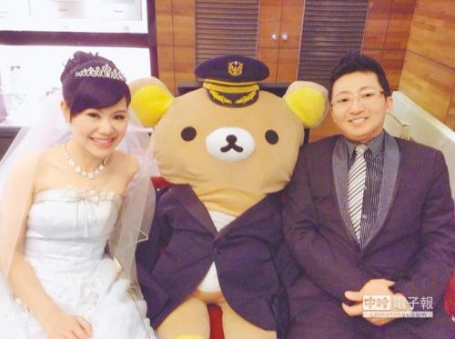 蔡迟恭与张蕙兰的婚纱照也将轻松熊戴上警帽。(图自台湾《中国时报》)