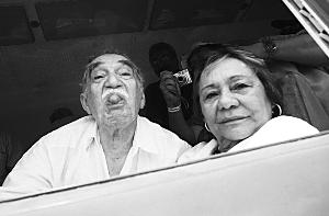 2012年,马尔克斯偕妻子回到阔别25年的家乡,冲记者做鬼脸。