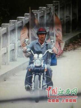 天王刘德华骑着摩托车从桥上走过