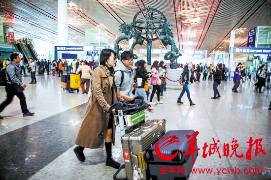 许晴和华晨宇在机场结伴而行