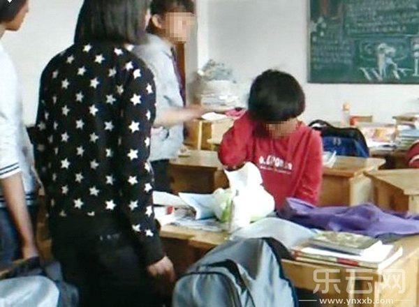 抱东西砸|学生|教室