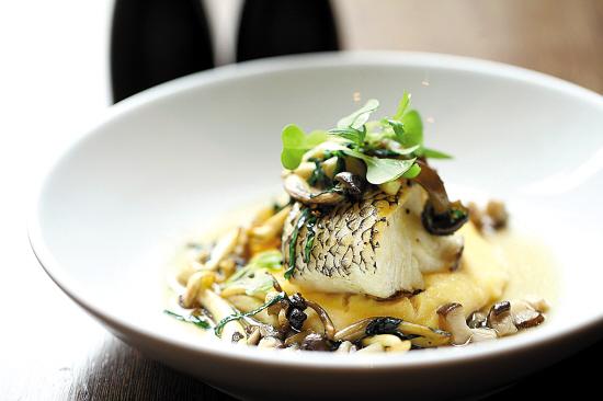 阿拉斯加黑鳕鱼配菜苗糊,水晶玉米和清汤最好南京蘑菇吃碳烤生蚝图片