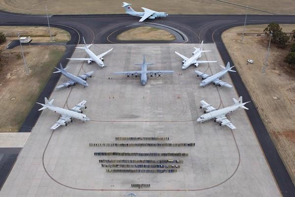 4月29日,来自各国军方的搜索人员在皮尔斯空军基地与飞机合影留念。(澳大利亚国防部供图)