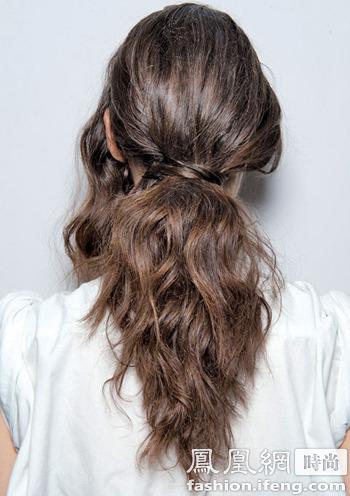 美容  彩色腕带 先把头发编成麻花辫,然后把下半部分辫子用彩色的腕带