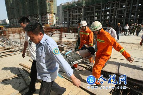 男子被送往医院急救-南昌 男子工地坠落 钢筋刺穿身体