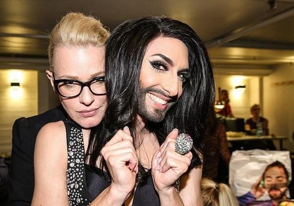 变性歌手与友人合影