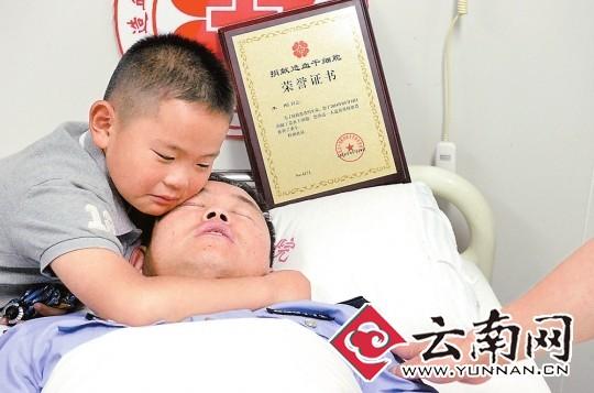 为爸爸生病了,哭得很伤心. 记者 翟剑 摄-民警38岁生日给90后捐