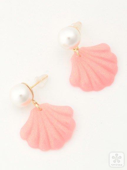 撒上金粉的糖果粉色贝壳配上珍珠的耳环,甜美可爱!