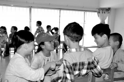 原标题:走进童话城堡重温美好童年 中二班的小朋友们学会了小鱼折纸