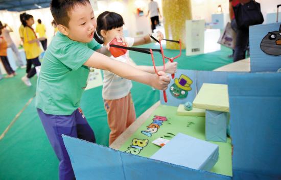 """用废纸箱,纸飞机模型做成的""""辽宁舰"""",还有手工制作而成的""""捕鱼达人"""","""""""