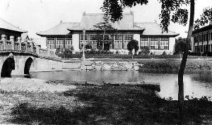 """北大之于燕京,只是居其地,而未尝摄其魂。一位校史专家说过:""""北大有义务维护燕京大学的建筑,却没有义务延续燕京大学的精神。""""真可谓一语中的。图为原燕京大学行政楼。"""