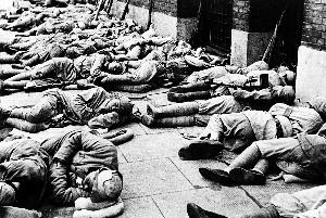 """65年前,中国人民解放军战士遵守""""不入民宅""""守则,露宿在上海街头"""